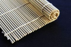 Gerolde maki van de bamboemat stock fotografie