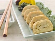Gerolde Omelet Dashi met de Soja van Groenten in het zuur Stock Foto