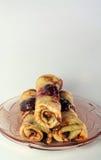 Gerolde pannekoeken met aardbeijam op een glasplaat Royalty-vrije Stock Foto's