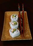 Gerolde sushi, vlakke plaat en karbonadestokken Stock Afbeelding