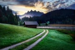 Geroldsee durante il giorno di estate con bella alba nebbiosa sopra i picchi di montagna, alpi bavaresi, Baviera, Germania Fotografie Stock Libere da Diritti