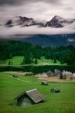 Geroldsee durante il giorno piovoso con nebbioso si rannuvola i picchi di montagna, alpi bavaresi, Baviera, Germania Immagini Stock Libere da Diritti