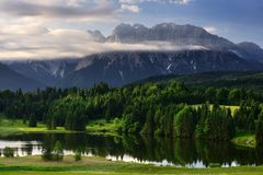 Geroldseemeer tijdens ochtendzonsopgang, Beierse Alpen, Beieren, Duitsland royalty-vrije stock afbeelding