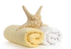 Gerollt herauf die gelben und weißen Badetücher stockfotografie