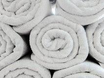 Gerollt herauf hellen Gray Cotton Beach Towel Pattern verwendet als Hintergrund-Beschaffenheit Stockbilder