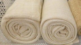 Gerollt herauf Weiß und Brown-Badetücher Lizenzfreies Stockbild