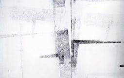 Gerollte Acrylfarbe lokalisiert auf weißem Hintergrund stockbild