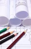 Gerollte elektrische Diagramme und Bleistifte Lizenzfreies Stockfoto