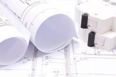 Gerollte elektrische Diagramme und elektrische Sicherung auf Bauzeichnung des Hauses Lizenzfreie Stockfotografie
