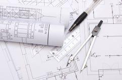 Gerollte elektrische Diagramme und Zubehör für das Zeichnen Lizenzfreie Stockbilder