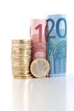 Gerollte Eurorechnungen mit Münze Stockfotografie
