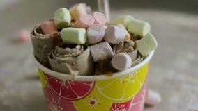 Gerollte FruchtEiscreme lokalisiert clip Draufsicht der Nahaufnahme Thailändische Eiscreme ist ein fantastischer Nachtisch Eiscre stock video footage
