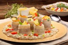 Gerollte Heringe mit Fischsalat und -zitrone Stockbild