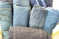 Gerollte Jeans in Kasten II Stockfotografie