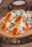 Gerollte Krepps mit Kaviar und Schale von Milch und von Kraut Stockfotografie