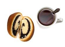 Gerollter Biskuit mit Mohnblume und einer Tasse Tee lizenzfreies stockbild