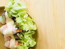Gerollter Salat in der braunen Platte Lizenzfreie Stockfotografie
