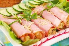 Gerollter Schinken angefüllt mit Salat Lizenzfreies Stockfoto