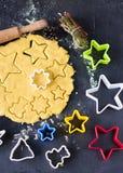 Gerollter Teig gemacht vom Maismehl mit Formen für den Schnitt Lizenzfreie Stockfotos