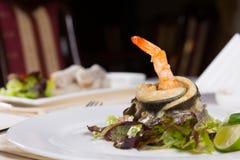 Gerolltes Fisch-Fleisch-Rezept mit Garnele nach innen Stockbild