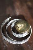 Gerolltes messendes Band auf Hartholz-Oberfläche Stockfoto