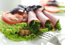 Gerolltes Rindfleisch mit Gemüse und Grüns Stockbild
