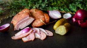 Gerookt bacon met komkommer, ui, kruiden en jeneverbes Stock Foto