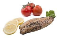 Gerookt en peppered makreelfilet op witte achtergrond stock foto's