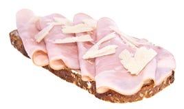Gerookt ham op brood dat op wit wordt geïsoleerd. Stock Afbeelding