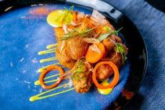 Gerookt katvishoofd in beslag Europese keuken Het werk van een professionele chef-kok Schotel van een restaurant of koffiemenu Cl stock afbeelding