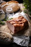Gerookt lendestuk Smakelijke traditionele varkensvleesham Traditioneel, eenvoudig gerookt vlees royalty-vrije stock afbeelding