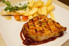 Gerookt Varkensvleeslapje vlees met Frieten Royalty-vrije Stock Foto's