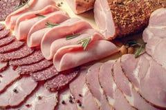 Gerookt vlees op houten witte achtergrond Royalty-vrije Stock Afbeelding