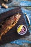 Gerookte forel met kruiden op een steendienblad stock foto