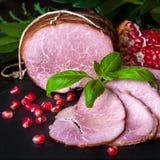 Gerookte ham met granaatappel Stock Afbeeldingen