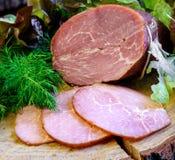 Gerookte ham met kruidendille, sla op houten raad Stock Foto
