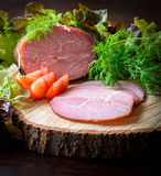 Gerookte ham met kruidendille, sla op houten raad Stock Afbeelding