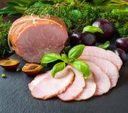 Gerookte ham met pruimen en kruiden Stock Foto