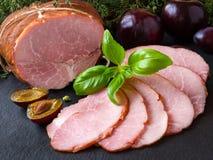 Gerookte ham met pruimen en kruiden Royalty-vrije Stock Foto's