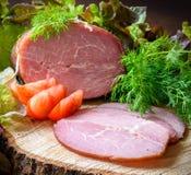 Gerookte ham met tomaten en dillekruiden Stock Afbeelding