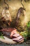 Gerookte ham op een traditionele landelijke manier royalty-vrije stock afbeeldingen