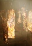 Gerookte ham op een traditionele manier in het rookhok stock foto