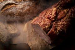 Gerookte ham Traditioneel, eenvoudig gerookt vlees en eigengemaakt brood royalty-vrije stock foto