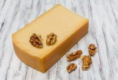Gerookte kaas en noten Stock Foto