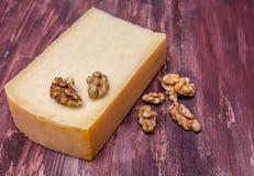 Gerookte kaas en noten Royalty-vrije Stock Foto