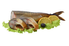 Gerookte makreel met plakken, citroen en olijf op saladeblad Royalty-vrije Stock Afbeeldingen