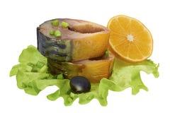 Gerookte makreelplakken met groene ui, olijf en citroen op saladeblad Stock Afbeeldingen