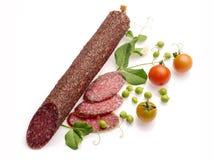 Gerookte salami die met tomaten en erwt wordt verfraaid Royalty-vrije Stock Foto's