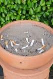 Gerookte sigaretten in een vuil asbakje Royalty-vrije Stock Afbeeldingen