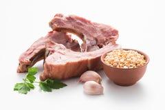 Gerookte varkensvleesribben op een witte achtergrond stock foto's